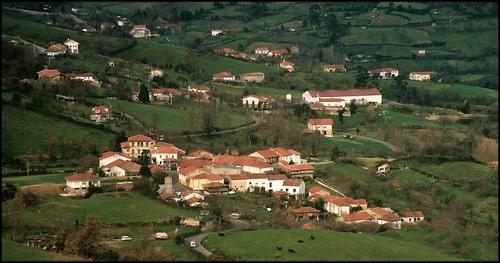 Iniciativa pol Asturianu presenta una quexa al Ayuntamientu de Siero y a la Conseyería d'Infraestructures pol incumplimientu de la toponimia oficial na señalización